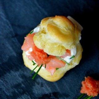 Petits choux au saumon fumé et crème au raifort