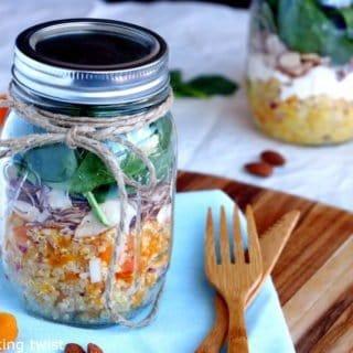 Salade Jar de quinoa, abricots secs & feta avec une vinaigrette au curry