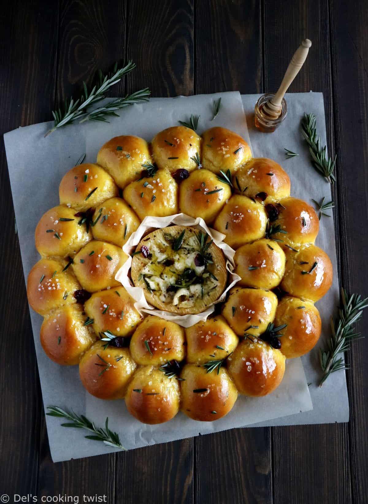 Couronne de petits pains à la patate douce et camembert rôti