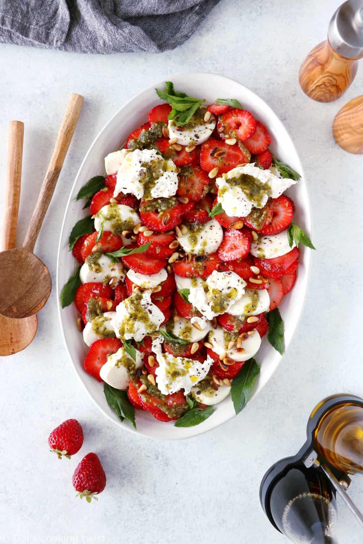 Salade de fraises, burrata et pesto de menthe. Une salade de fraises toute simple aux saveurs fraîches et estivales. Vous y retrouverez des fraises juteuses, de la burrata bien crémeuse, et un pesto de menthe maison délicieusement parfumé. Une idée rapide et sans gluten !