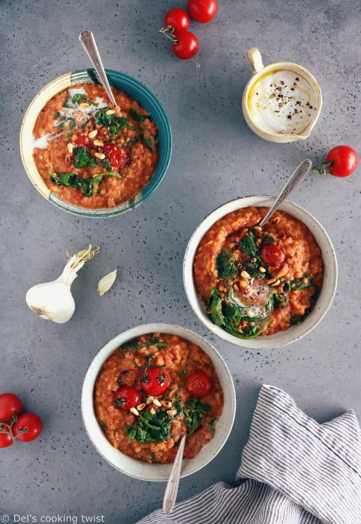 Les lentilles corail aux tomates et épinards constituent un plat simple aux saveurs réconfortantes. Parfait pour se réchauffer, ce plat est également parfaitement sain, naturellement vegan et sans gluten.