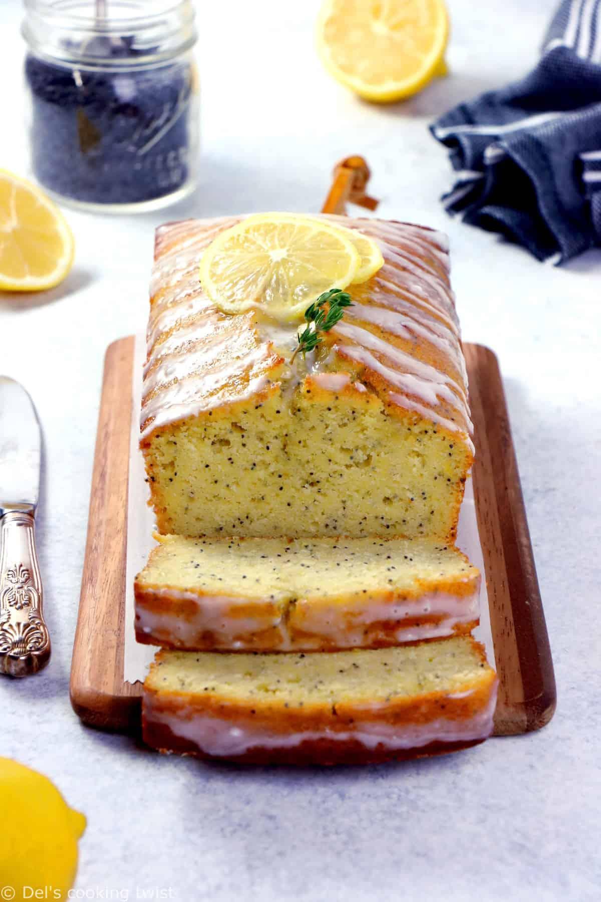 Succombez sans plus attendre au moelleux irrésistible de ce cake au citron et graines de pavot. Facile et rapide à réaliser, il fera le bonheur de vos goûters, desserts et petits déjeuners.