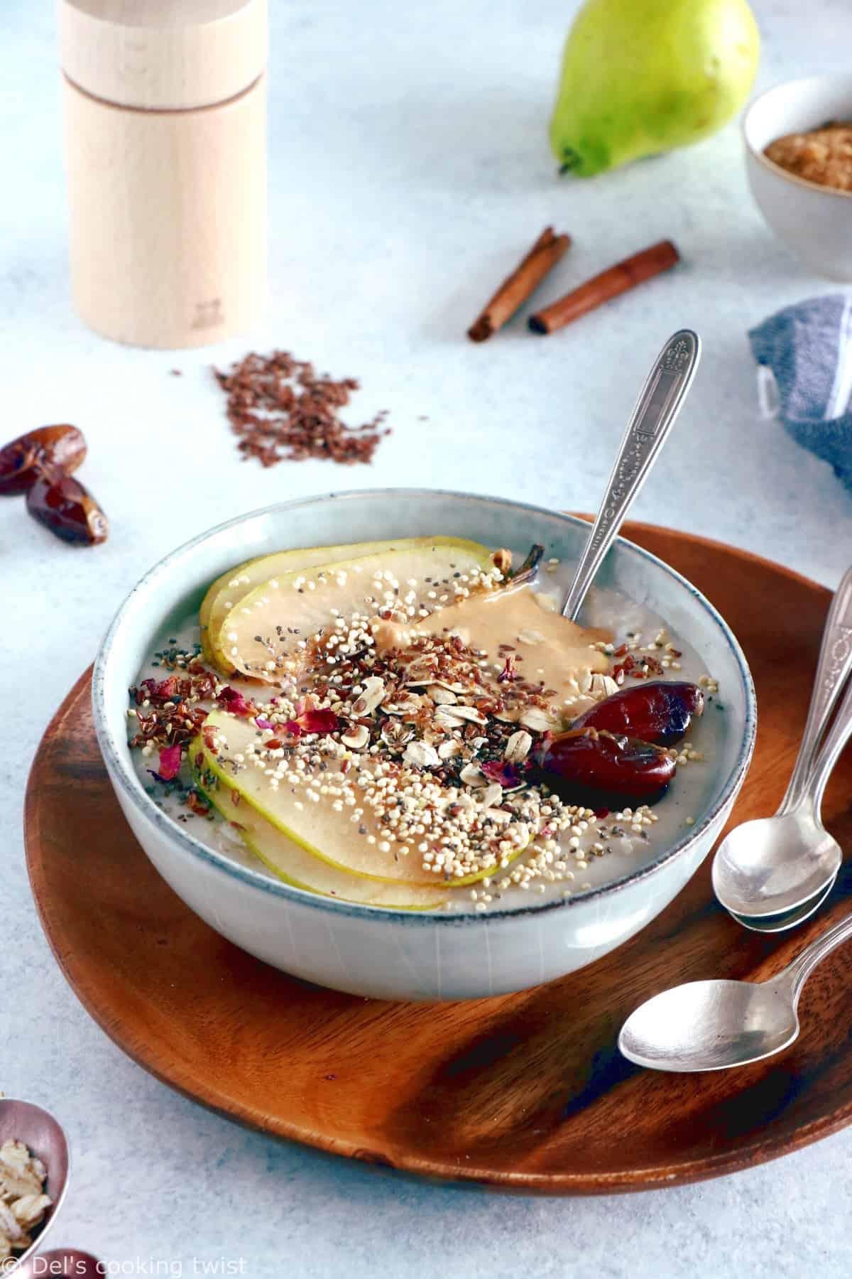 Pour faire le plein de vitalité dès le matin, commencez par vous préparer ce porridge aux fruits, purée de noix de cajou et graines de lin. Un petit déjeuner sain, énergétique, gourmand et prêt en 5 minutes.