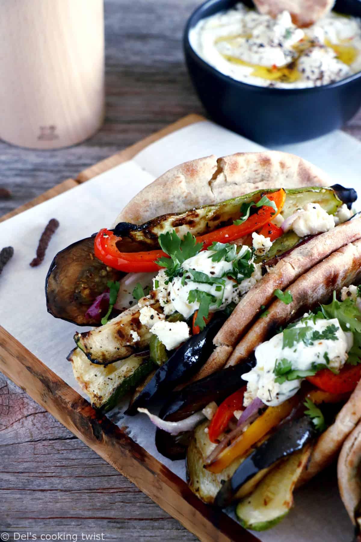 Le soleil s'invite au menu avec ces gyros aux légumes grillés et dip yaourt-feta, une version végétarienne du fameux sandwich grec réalisé à base de pain pita.