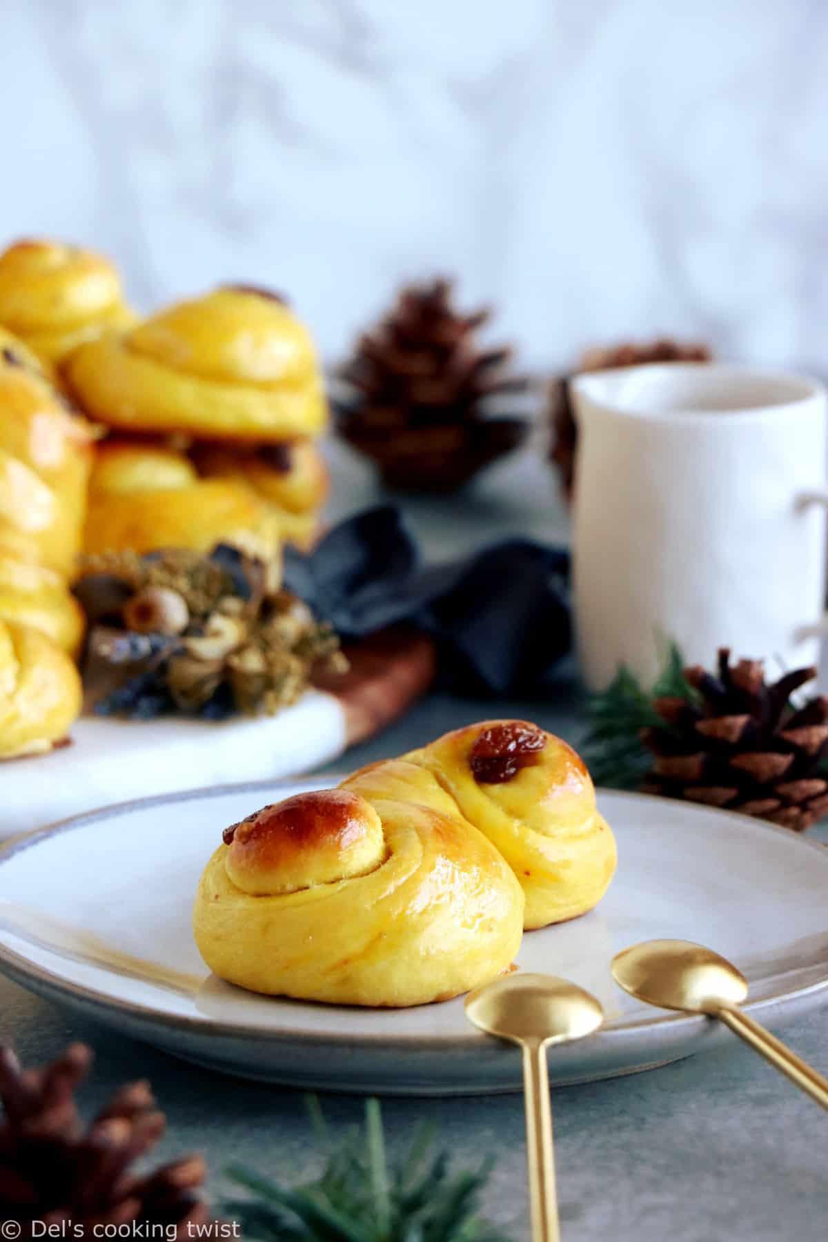"""Les brioches suédoises au safran """"Lussekatter"""" sont des petites brioches typiques de la Ste Lucie en Suède et plus généralement de la période qui précède Noël."""