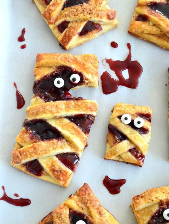 Momies «Hand Pies» au beurre de cacahuète et à la confiture de fruits rouges