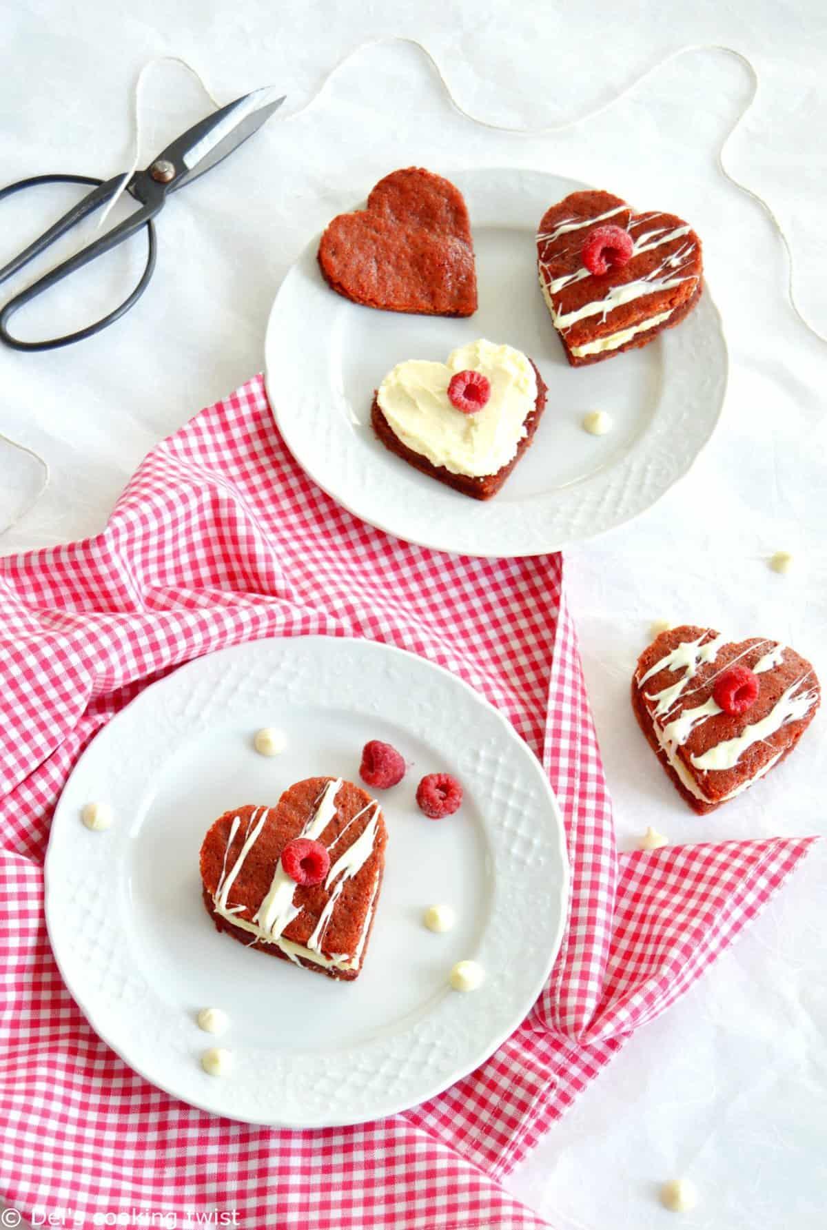 Petits coeurs moelleux de la Saint Valentin garnis de chocolat blanc