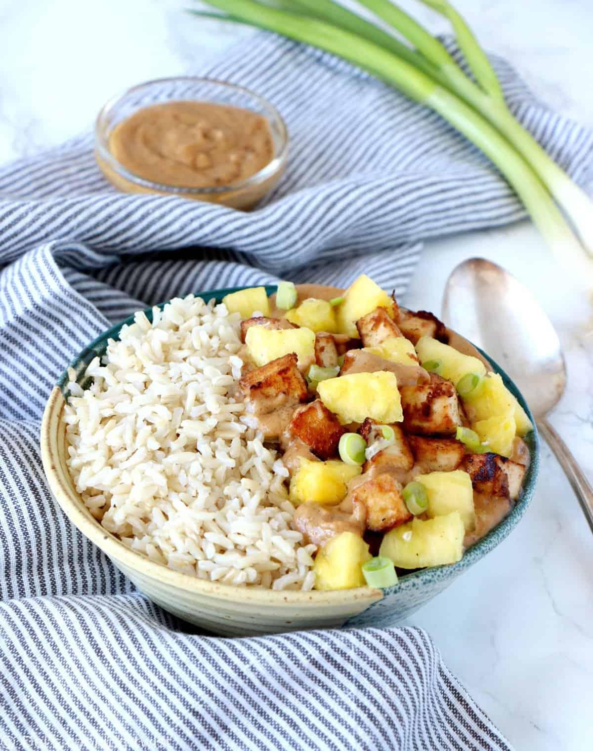 Sauté de tofu et ananas, sauce crémeuse au beurre de cacahuète (vegan, sans gluten)