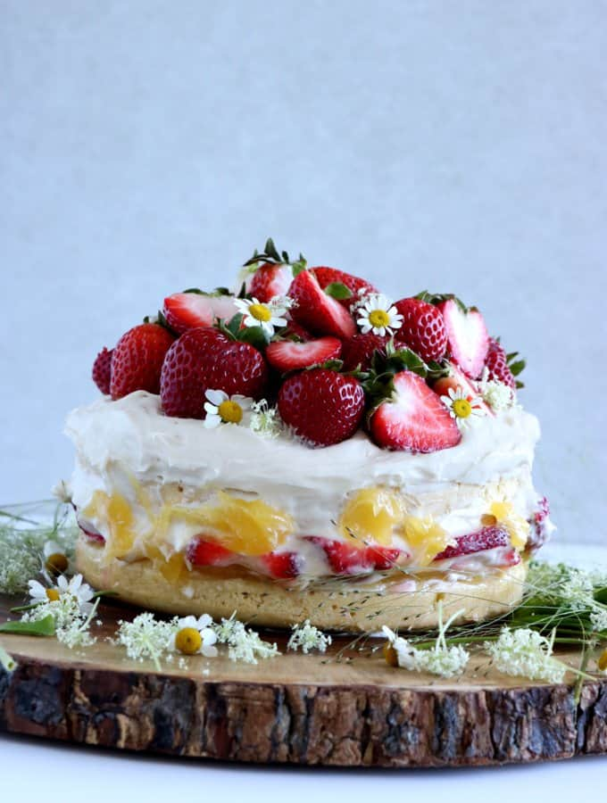 Swedish Midsummer Strawberry Cake (Midsommartårta)