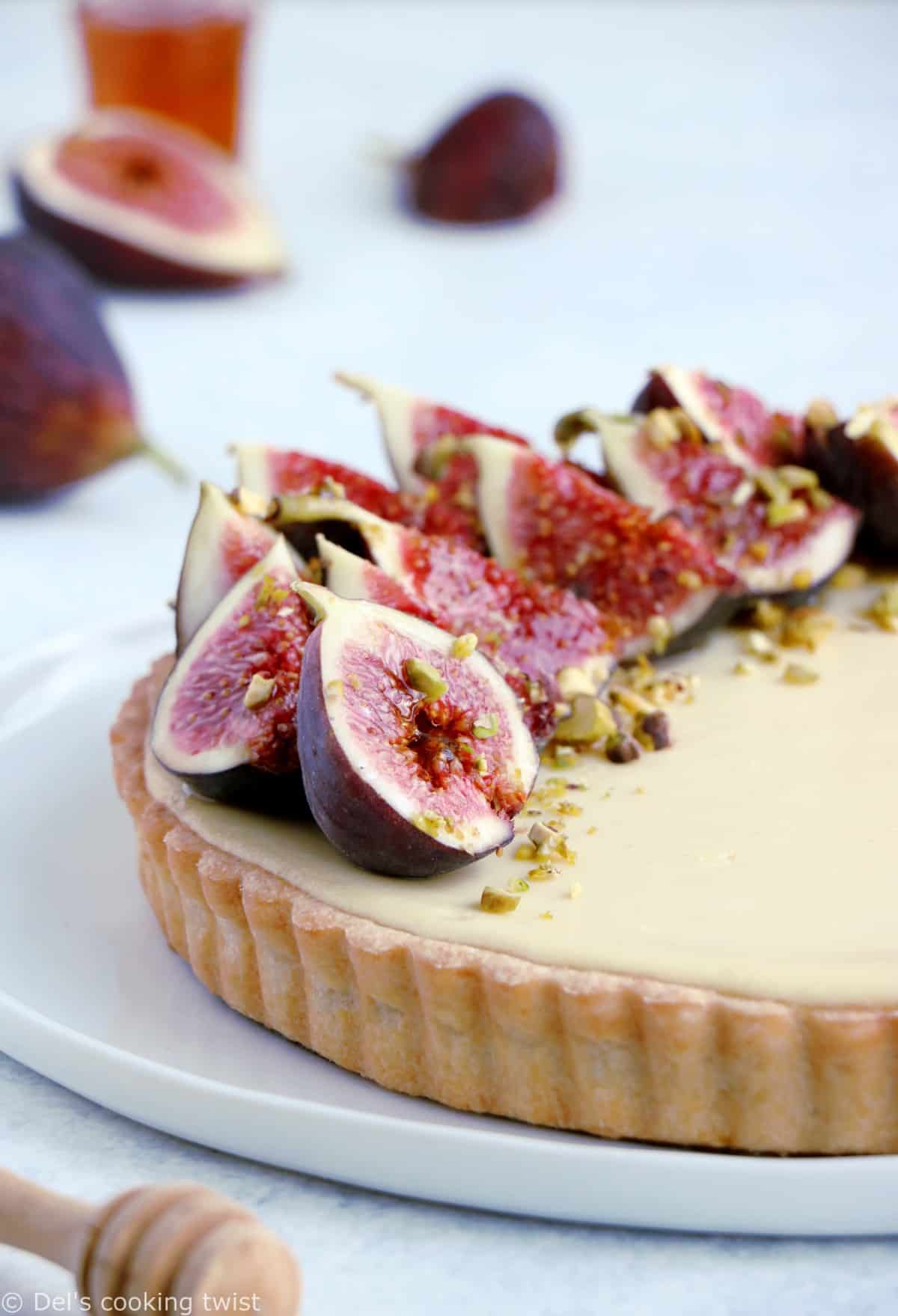 Beautiful fresh fig cheesecake tart is a simple dessert recipe with fresh flavors and a stunning design that will make you feel like a pastry chef!