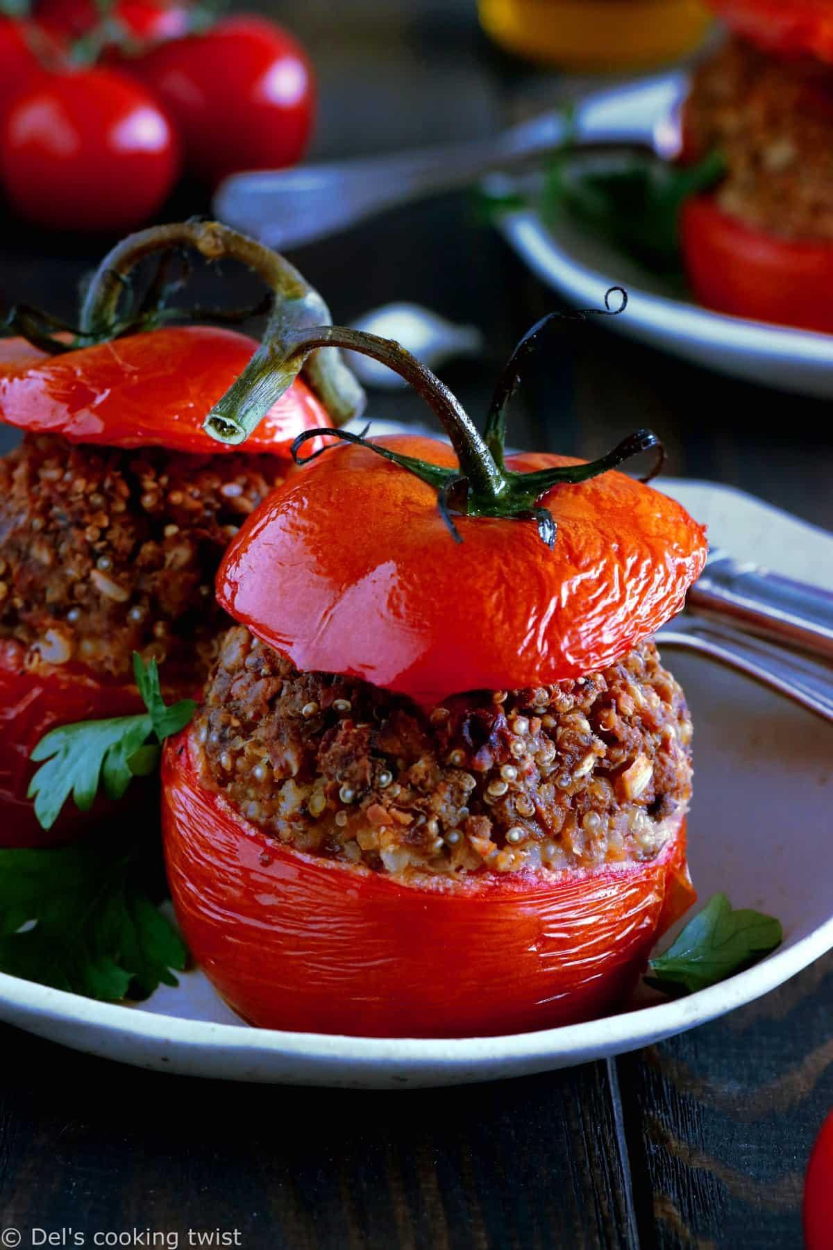 Délicieuses tomates farcies en version vegan, avec des pois chiches, du quinoa et des tomates séchées. Le résultat ? Des tomates juteuses, une farce aux saveurs méditerranéennes et un plat à la fois sain, nourrissant et complet.