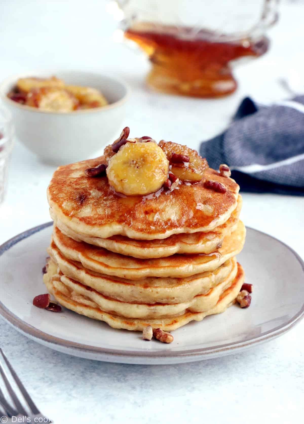 Ces pancakes à la banane sont moelleux et généreux, avec une délicieuse saveur qui vous rappelera celle d'un banana bread.