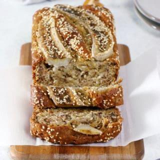Ce banana bread vegan est la perfection même. À la fois léger et très moelleux avec une saveur douce sans être trop sucrée, il se prépare en moins de 10 minutes avec juste quelques ingrédients de base.