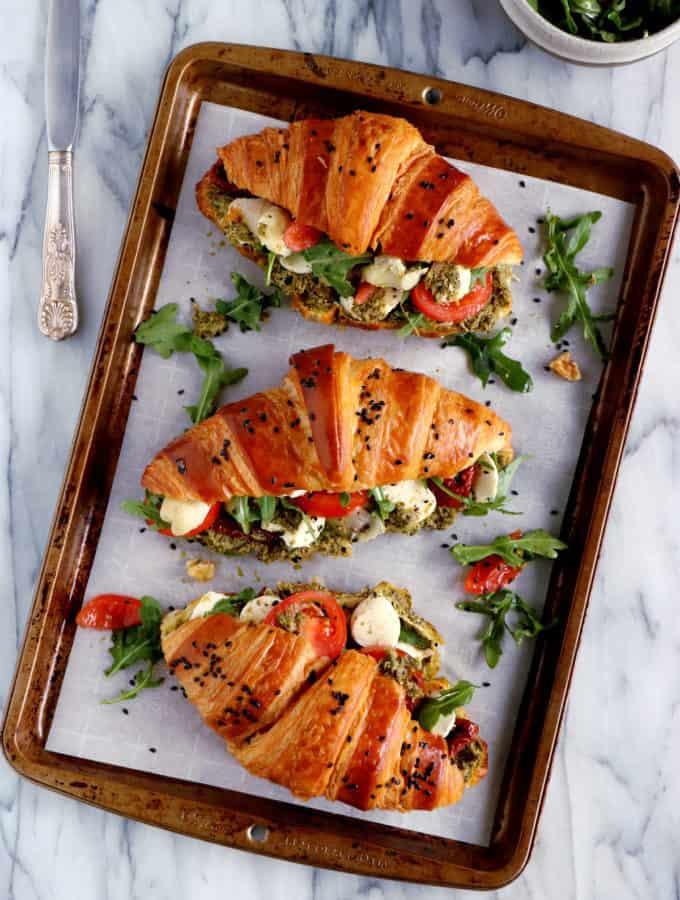 Revisitons les croissants fourrés avec cette version végétarienne de croissants salés tomates-mozzarella.