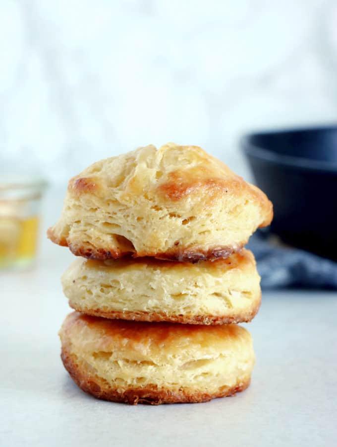 """Les buttermilk biscuits (prononcer """"biskits"""") sont une sorte de scones du sud des États-Unis aussi appelés """"Southern biscuits""""."""