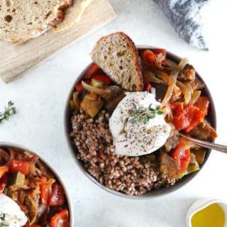 """Ce plat de ratatouille, sarrasin et burrata façon """"ratatouille bowl"""" est à la fois original, complet et rassasiant."""