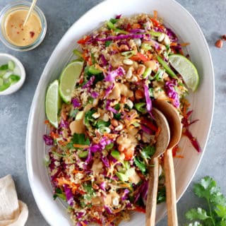 Délicieuse salade Thai au quinoa aux légumes croquants et servie avec une irrésistible sauce au beurre de cacahuète et au gingembre.