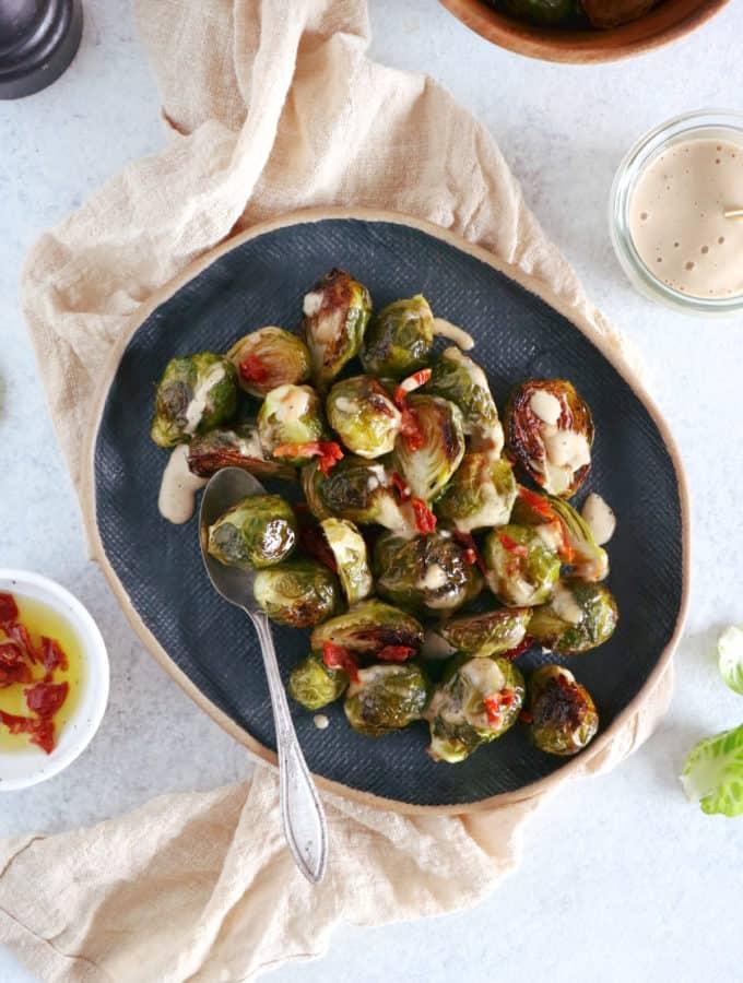 Des notes asiatiques s'invitent dans ce plat de choux de Bruxelles caramélisés à la sauce soja.