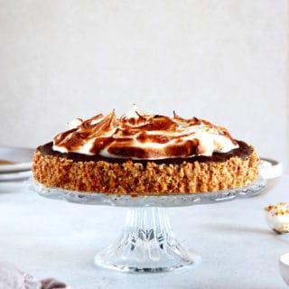 La tarte meringuée façon brownie au chocolat et bretzels est un dessert à la fois élégant et somptueux, avec un petit côté régressif auquel il est difficile de résister.