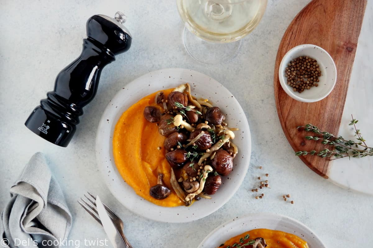 Avec ses airs modestes et élégants à la fois, cette fricassée de châtaignes et champignons et sa purée de courge aux 4 épices constituera une pièce maîtresse de votre menu de fêtes.