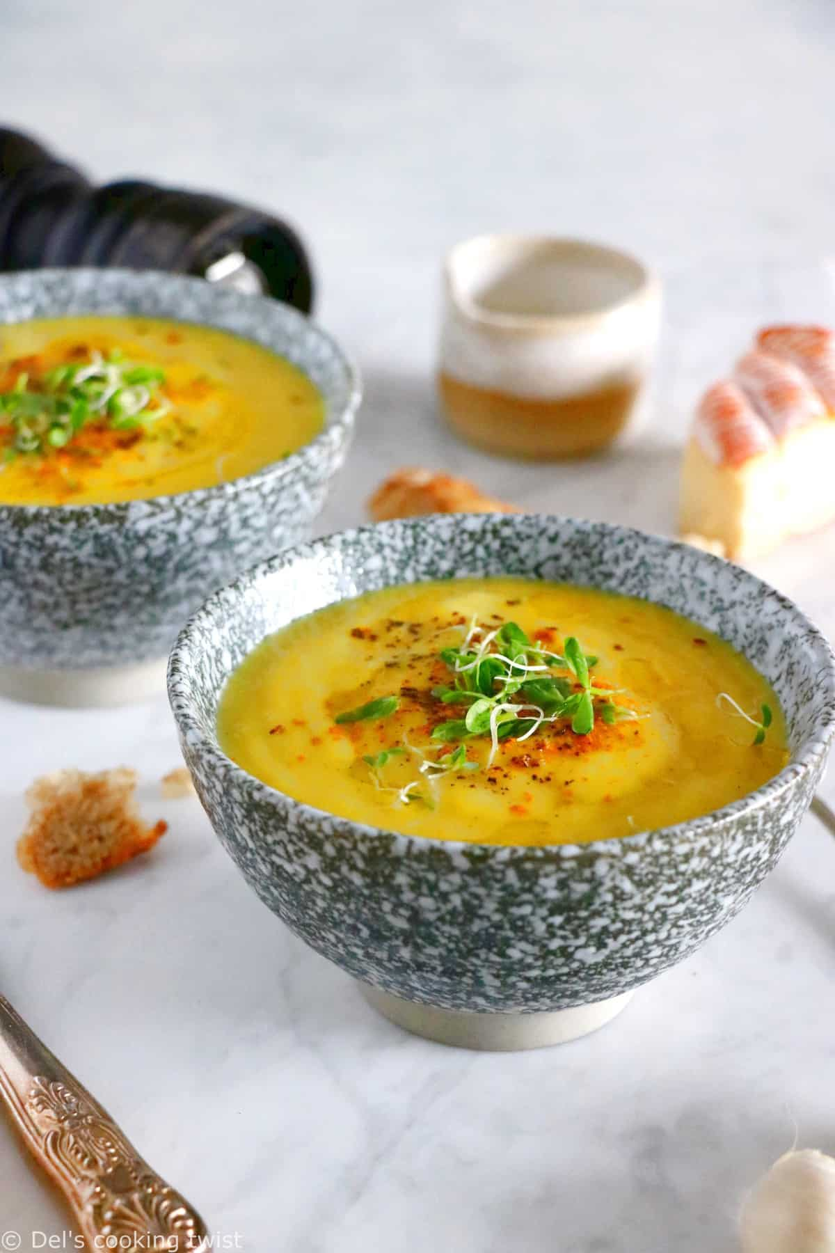 Easy and delicious curried leek potato soup, prepared with 5 ingredients only, and packed with warm, comforting flavors.