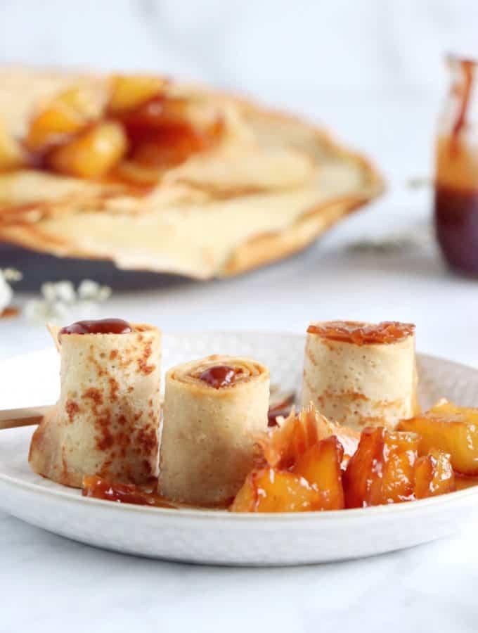 Ces roulés de crêpes au caramel au beurre salé et aux pommes caramélisées font un dessert d'exception servi à l'assiette, tout en demeurant relativement simple à réaliser.