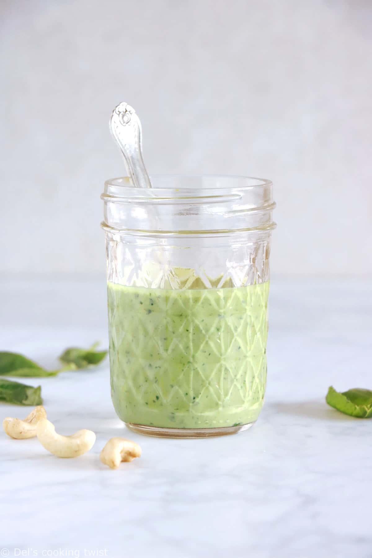 Avec seulement 5 minutes de préparation, cette sauce vegan basilic et noix de cajou égaiera vos salades, légumes rôtis et autres plats végétariens. Ou bien transformez-la en version pesto vegan pour servir avec vos pâtes. Un concentré de fraîcheur et de saveurs !