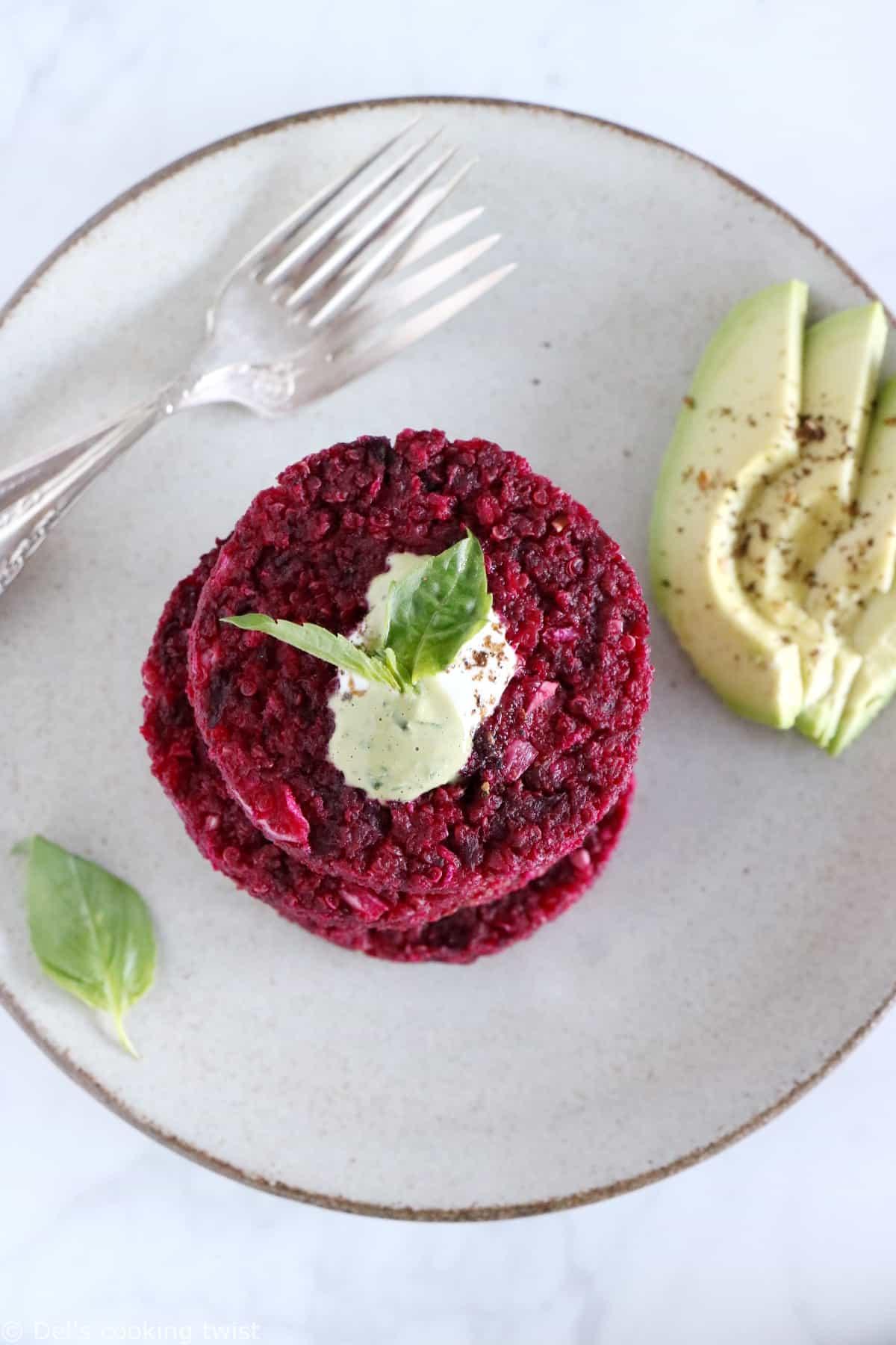 Apportez de la couleur à vos repas en préparant ces galettes de betteraves et quinoa réalisées avec de la ricotta.