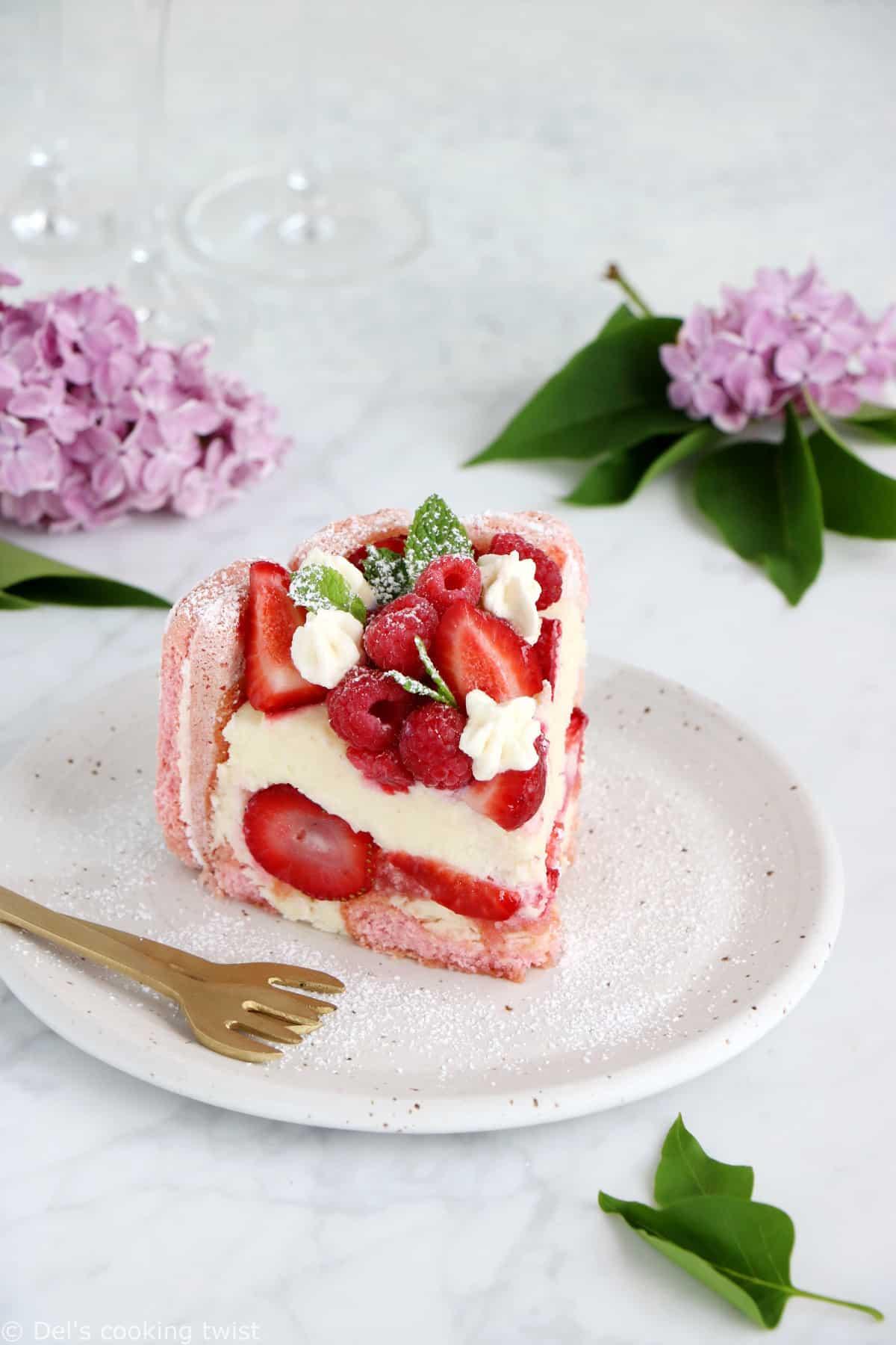 Charlotte aux fraises aux biscuits roses de Reims et mousse au chocolat blanc