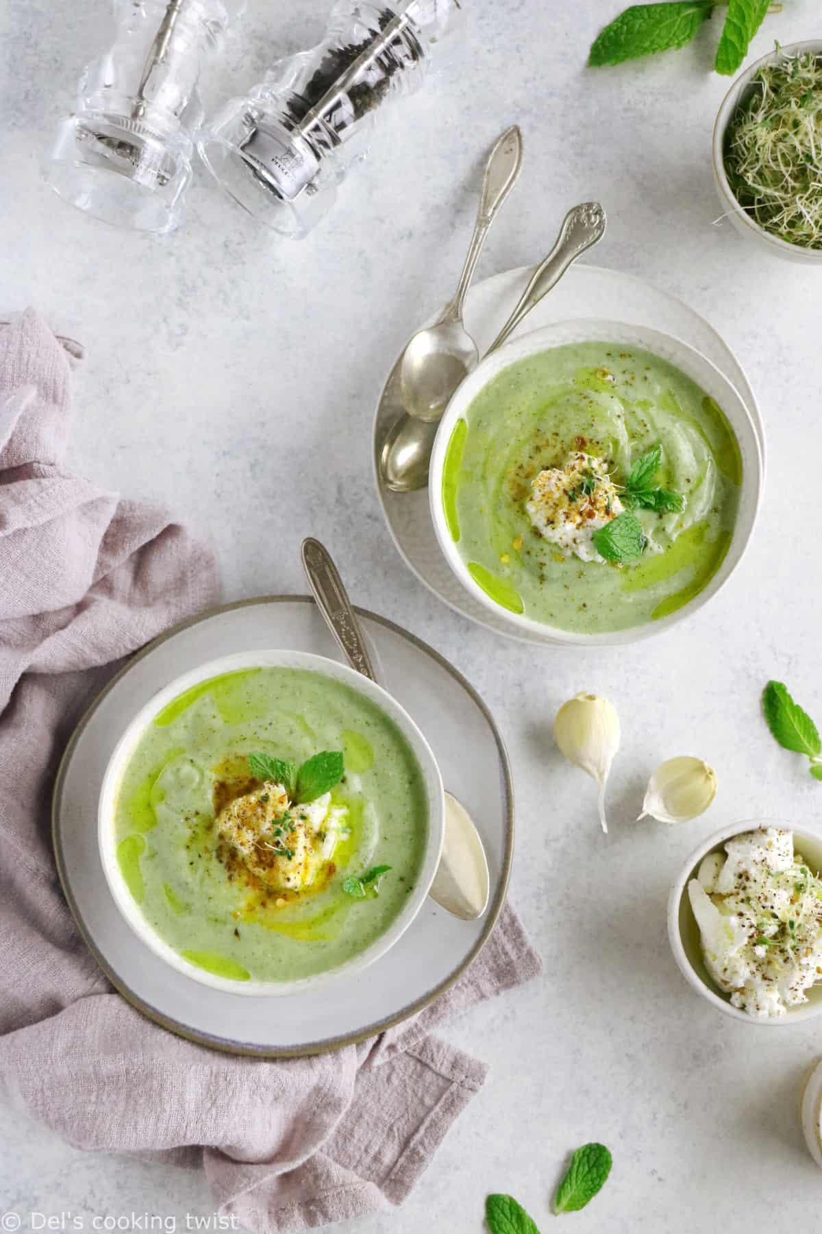 Avec juste quelques ingrédients savemment associés les uns aux autres, on obtient un délicieux velouté de courgettes à la ricotta et à la menthe.