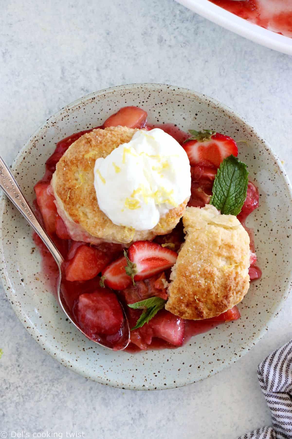 Le cobbler pommes, fraises, rhubarbe, c'est un dessert qui réunit des fruits juteux et sucrés sous une généreuse couche de biscuits tendres et moelleux.