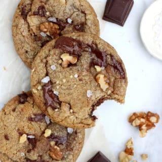 Croquants et légèrement croustillants en surface, tendres à l'intérieur, ces cookies aux noix, beurre noisette et chocolat sont une petite merveille de gourmandise.