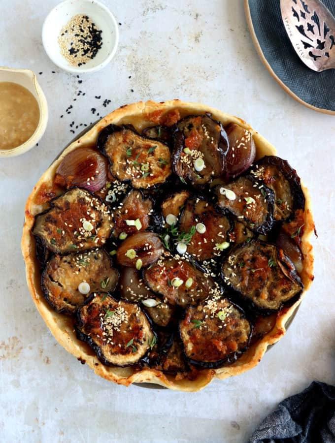À la croisée d'inspirations culinaires asiatiques et française, la tarte tatin aux aubergines au miso est subtile, originale et délicieuse.