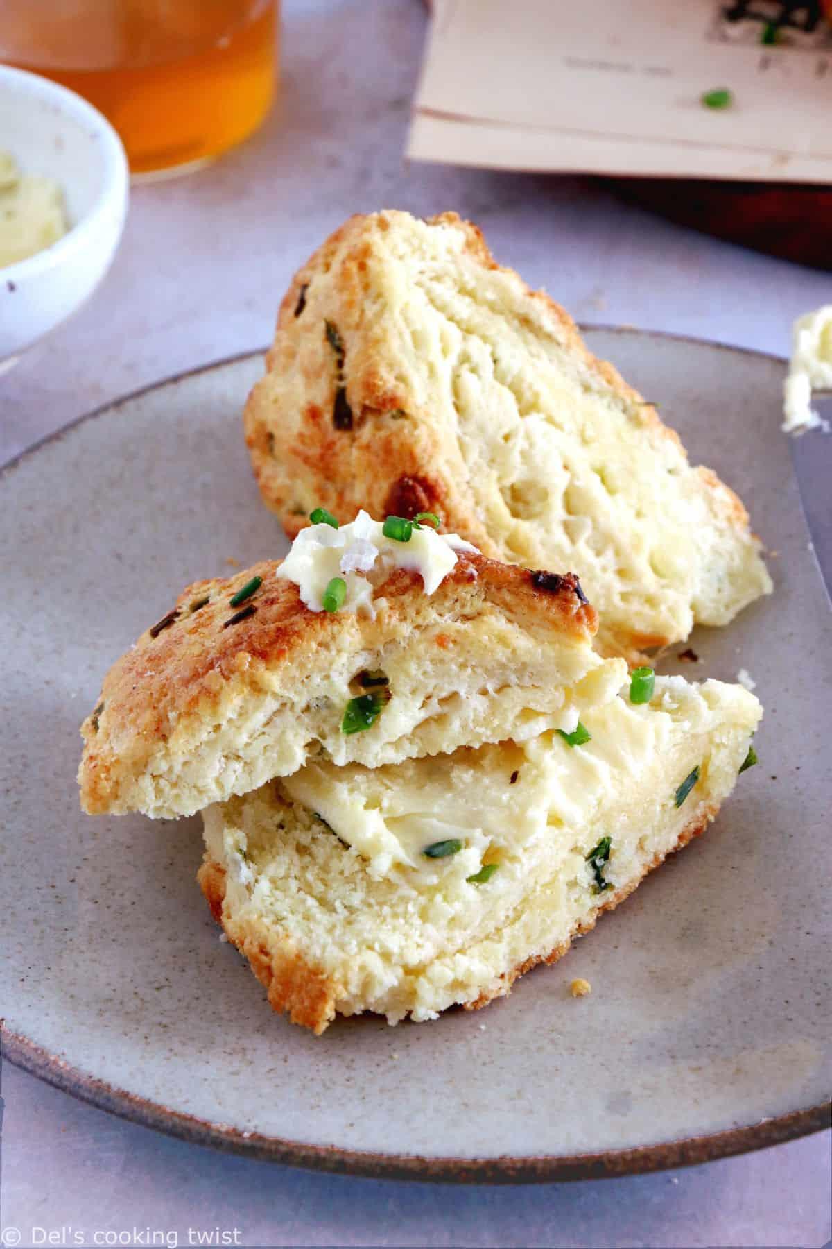 Réalisés en 30 minutes, ces scones salés au parmesan et aux herbes égaieront vos apéritifs entre amis en toute simplicité.