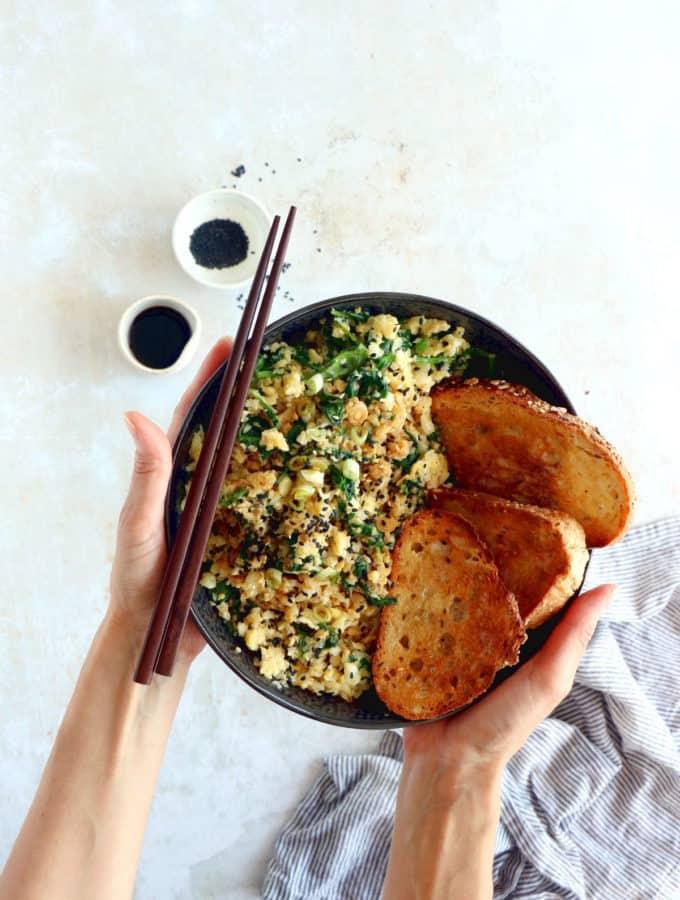 Facile et très rapide à préparer, cette brouillade d'oeufs, épinards et riz de chou-fleur sauté à l'asiatique constitue un plat végétarien sain, riche en protéines et naturellement gluten-free.