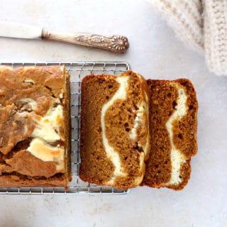 Plongez dans les douces saveurs d'automne avec ce pumpkin bread marbré façon cheesecake. Tendre et moelleux à coeur, il est délicieusement parfumé aux épices chaudes de pumpkin pie, avec un coeur de fromage frais (cream cheese) en son centre.